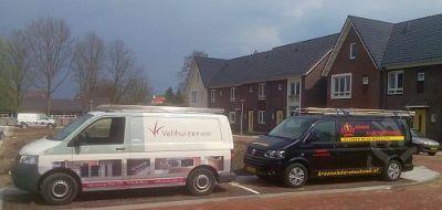 Werkbus van Velthuizen keukens samen met de bus van Kroon elektrotechniek